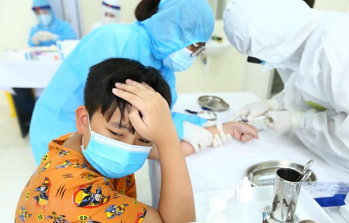 Xét nghiệm nhanh cho người dân tại phường Bách Khoa, quận Hai Bà Trưng. (Ảnh: Minh Quyết/TTXVN)