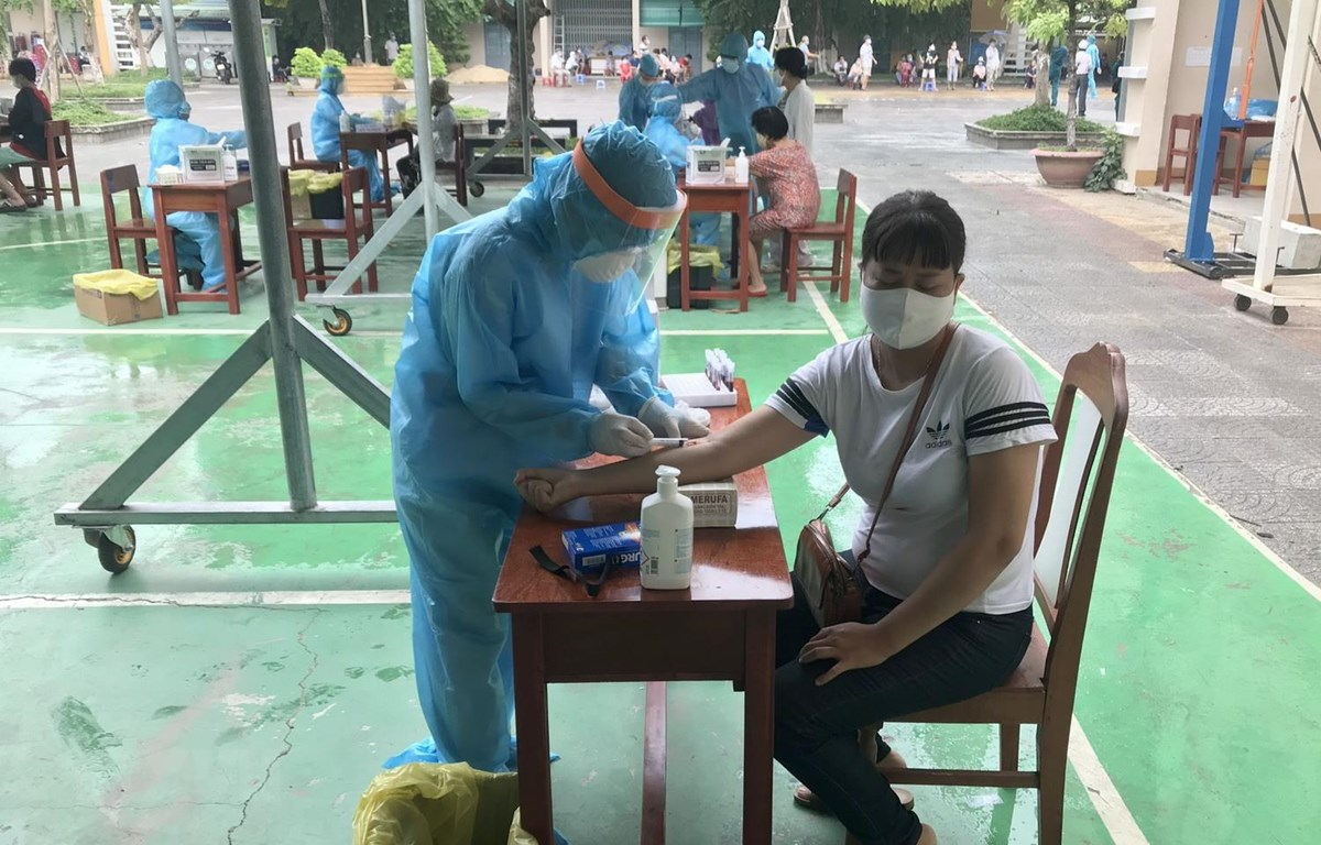 Một người dân Đà Nẵng đang được nhân viên y tế lấy mẫu máu. (Ảnh: TTXVN phát)