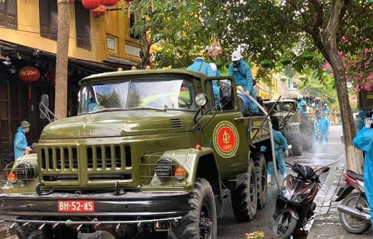 Lực lượng quân đội phun hóa chất khử trùng trên các tuyến phố trọng điểm ở phố cổ Hội An. (Ảnh: Trịnh Bang Nhiệm/ TTXVN)
