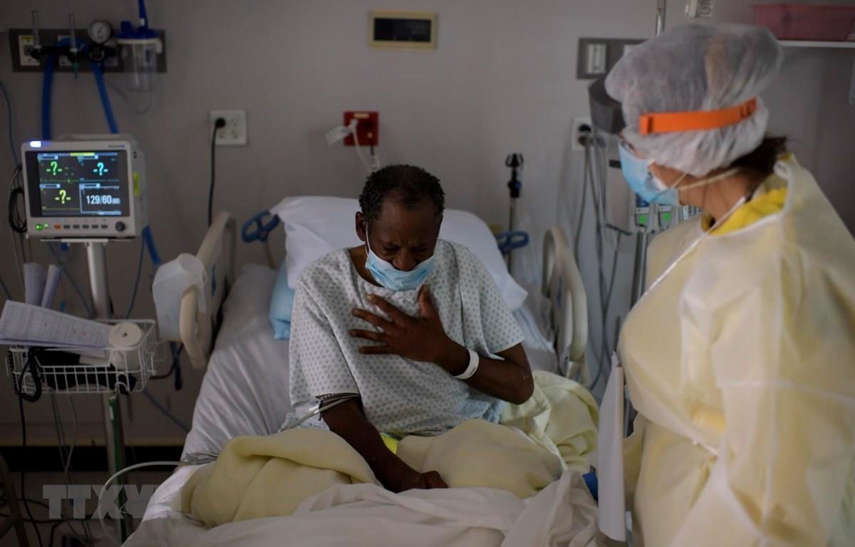 Nhân viên y tế chăm sóc bệnh nhân COVID-19 tại một bệnh viện ở Houston, bang Texas, Mỹ ngày 2/7/2020. (Ảnh: AFP/TTXVN)