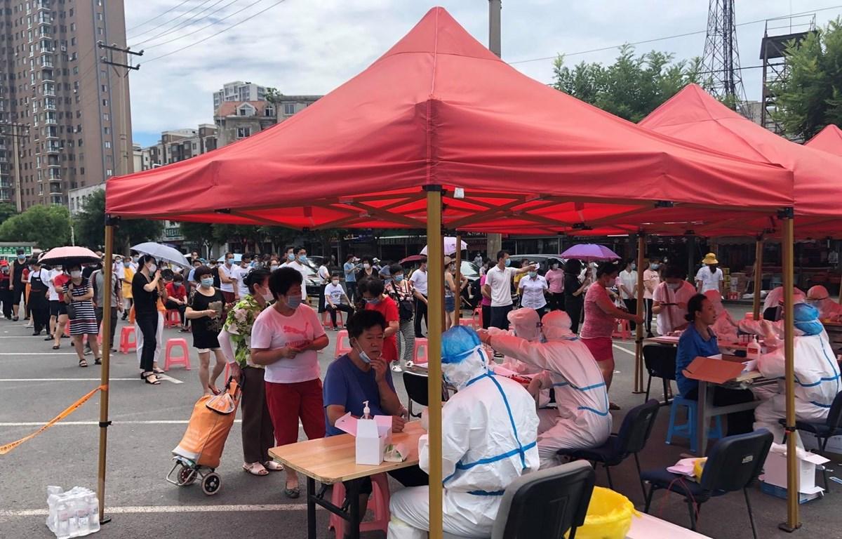 Xét nghiệm COVID-19 cho người dân tại Đại Liên, Trung Quốc. (Ảnh: AFP/TTXVN)