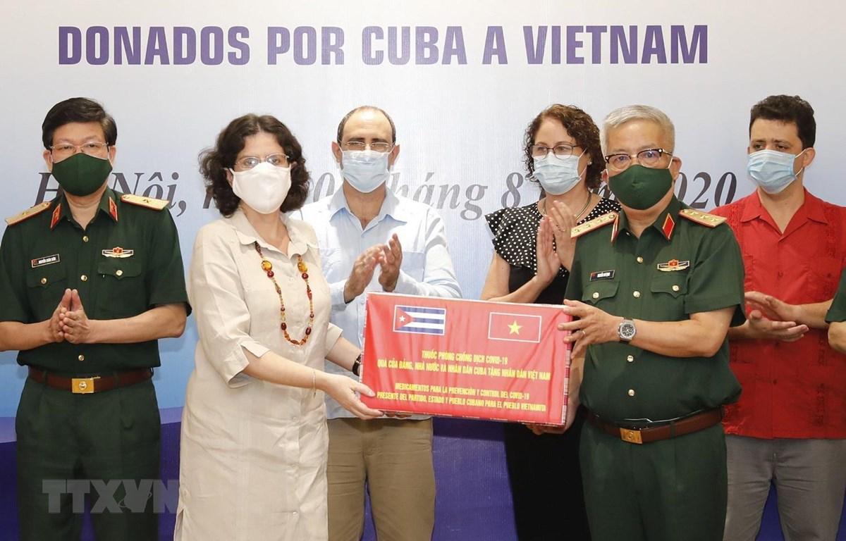 Đại sứ Cuba tại Việt Nam Lianys Torres Rivera trao thuốc phòng, chống dịch bệnh COVID-19 cho Thượng tướng Nguyễn Chí Vịnh, Thứ trưởng Bộ Quốc phòng. (Ảnh: Dương Giang/TTXVN)