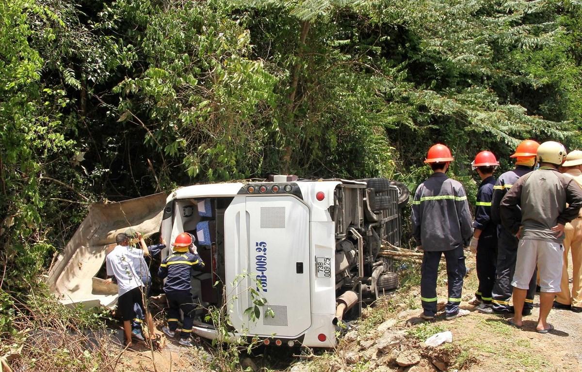 Hiện trường vụ tai nạn thảm khốc làm 15 người chết tại Km 21+659 Đường Hồ Chí Minh nhánh Tây thuộc khu vực Phong Nha-Kẻ Bàng, huyện Bố Trạch, tỉnh Quảng Bình. (Ảnh: Văn Tý/TTXVN)