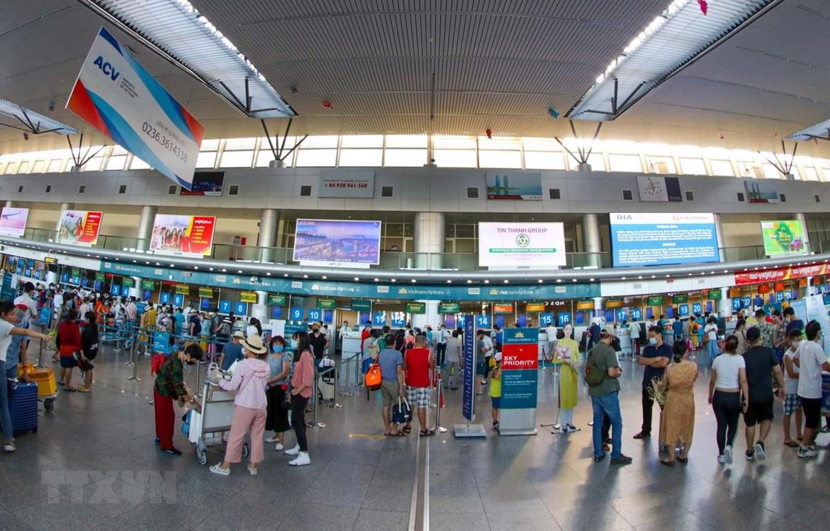 Hành khách đến làm thủ tục bay tại ga đi của sân bay Đà Nẵng. (Ảnh: Trần Lê Lâm/TTXVN)
