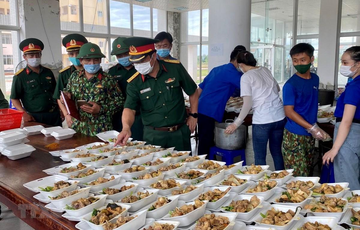Thượng tá Ngô Nam Cường, Chỉ huy trưởng Bộ Chỉ huy Quân sự tỉnh Thừa Thiên-Huế kiểm tra công tác hậu cần tại Khu cách ly T3. (Ảnh: Mai Trang/TTXVN)