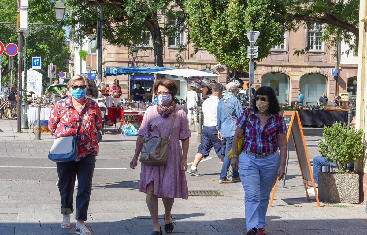 Người dân đeo khẩu trang phòng lây nhiễm COVID-19 tại Strasbourg, miền đông nước Pháp, ngày 5/8 vừa qua. (Ảnh: THX/TTXVN)