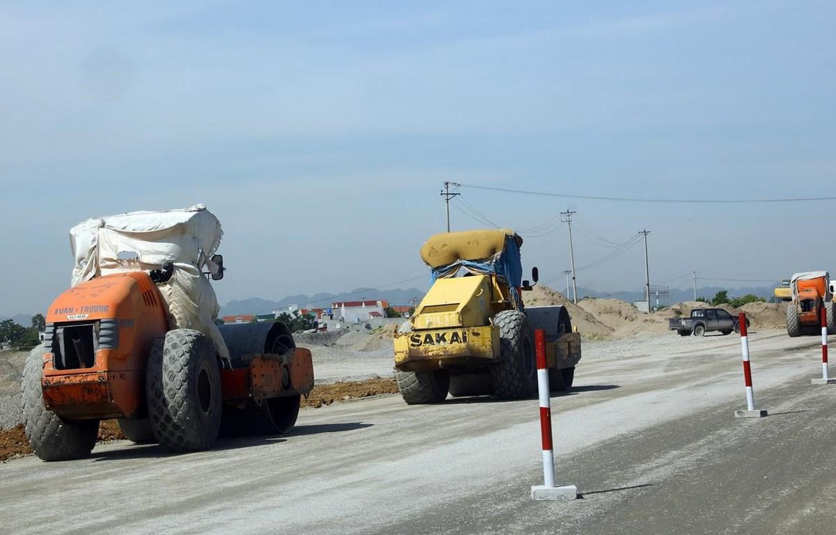 Đoạn tuyến cao tốc Cao Bồ-Mai Sơn thuộc tỉnh Ninh Bình có tổng chiều dài hơn 15,2km, với quy mô 6 làn xe, có vốn đầu tư khoảng 1.607 tỷ đồng, sử dụng vốn trái phiếu Chính phủ. (Ảnh: Huy Hùng/TTXVN )