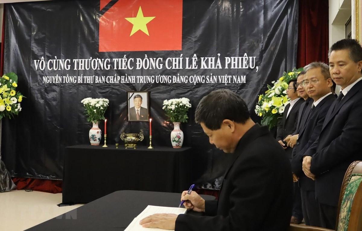 Đại sứ Lê Quý Quỳnh ghi sổ tang tại lễ viếng nguyên Tổng Bí thư Lê Khả Phiêu. (Ảnh: TTXVN/phát)