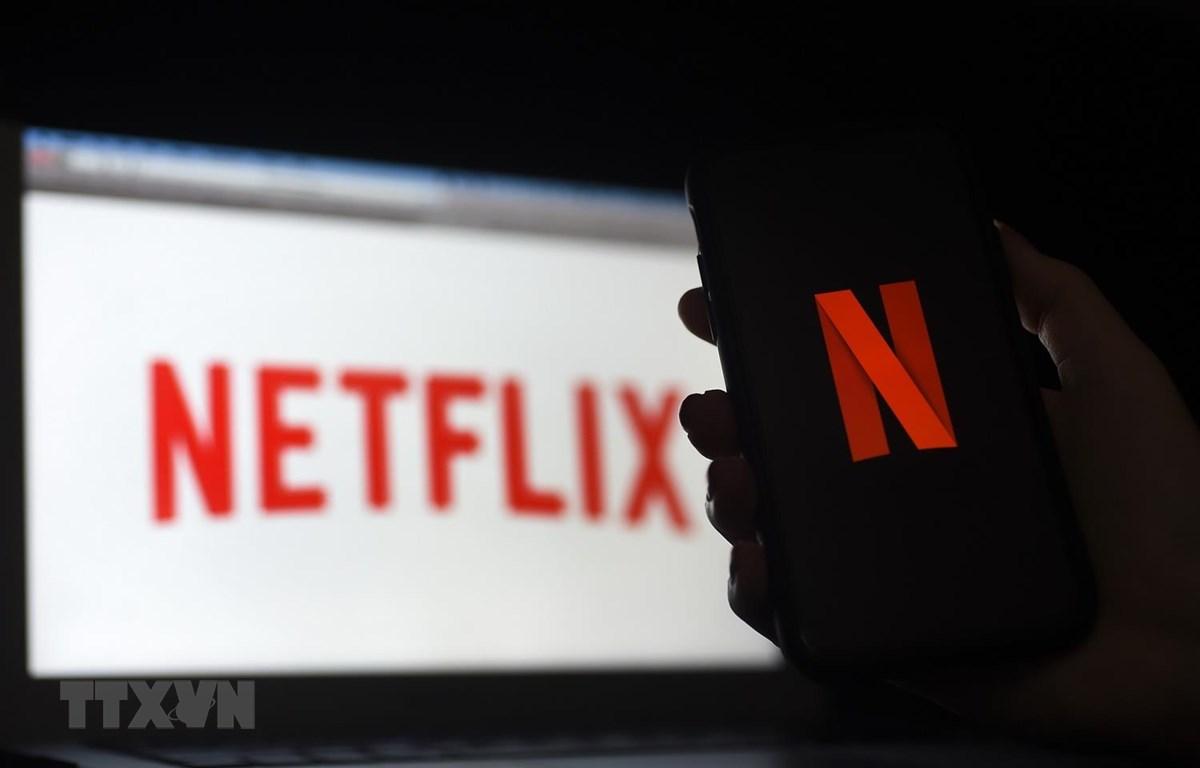 Biểu tượng Netflix trên màn hình máy tính và điện thoại di động ở Arlington, Virginia, Mỹ. (Ảnh: AFP/TTXVN)
