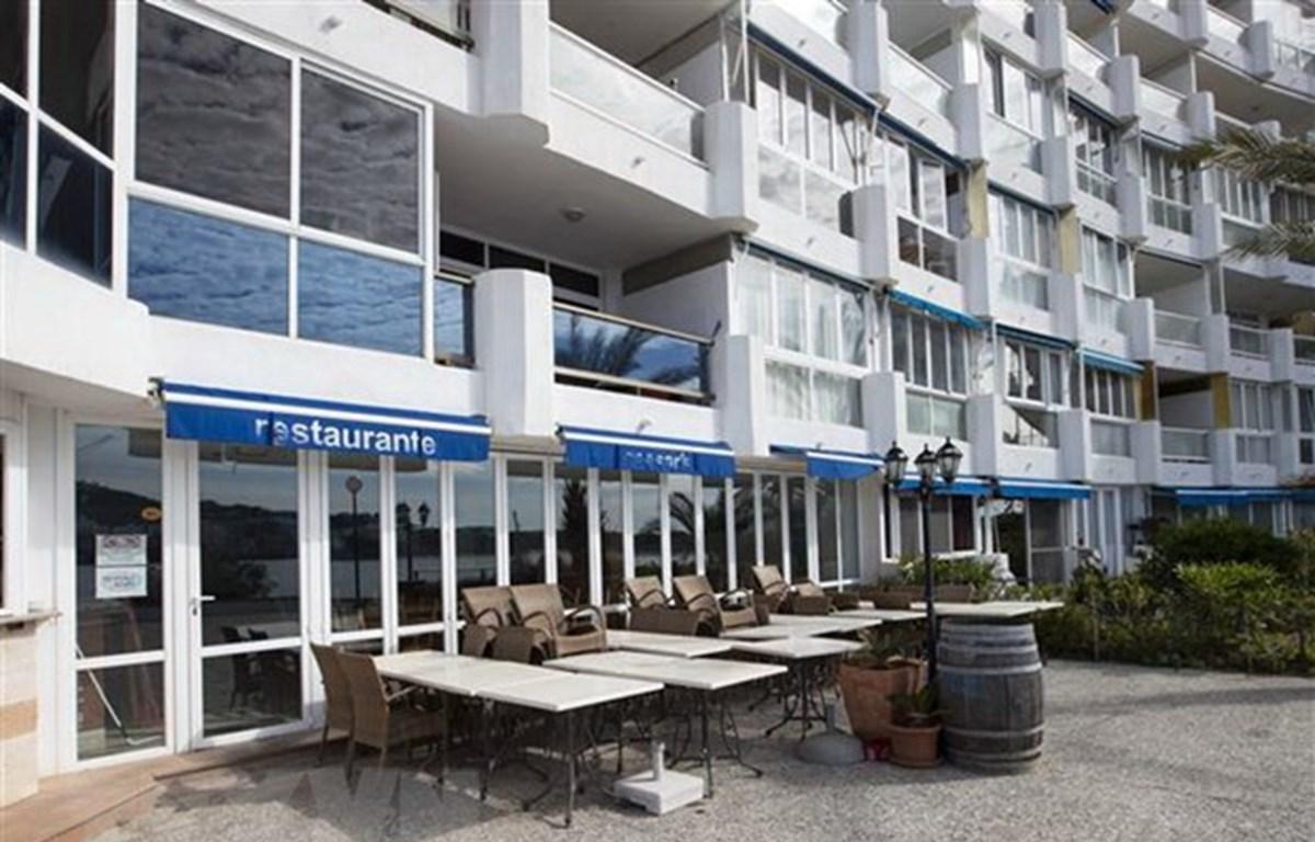 Một nhà hàng đóng cửa do dịch COVID-19 tại Calvia, Tây Ban Nha. (Ảnh: AFP/TTXVN)