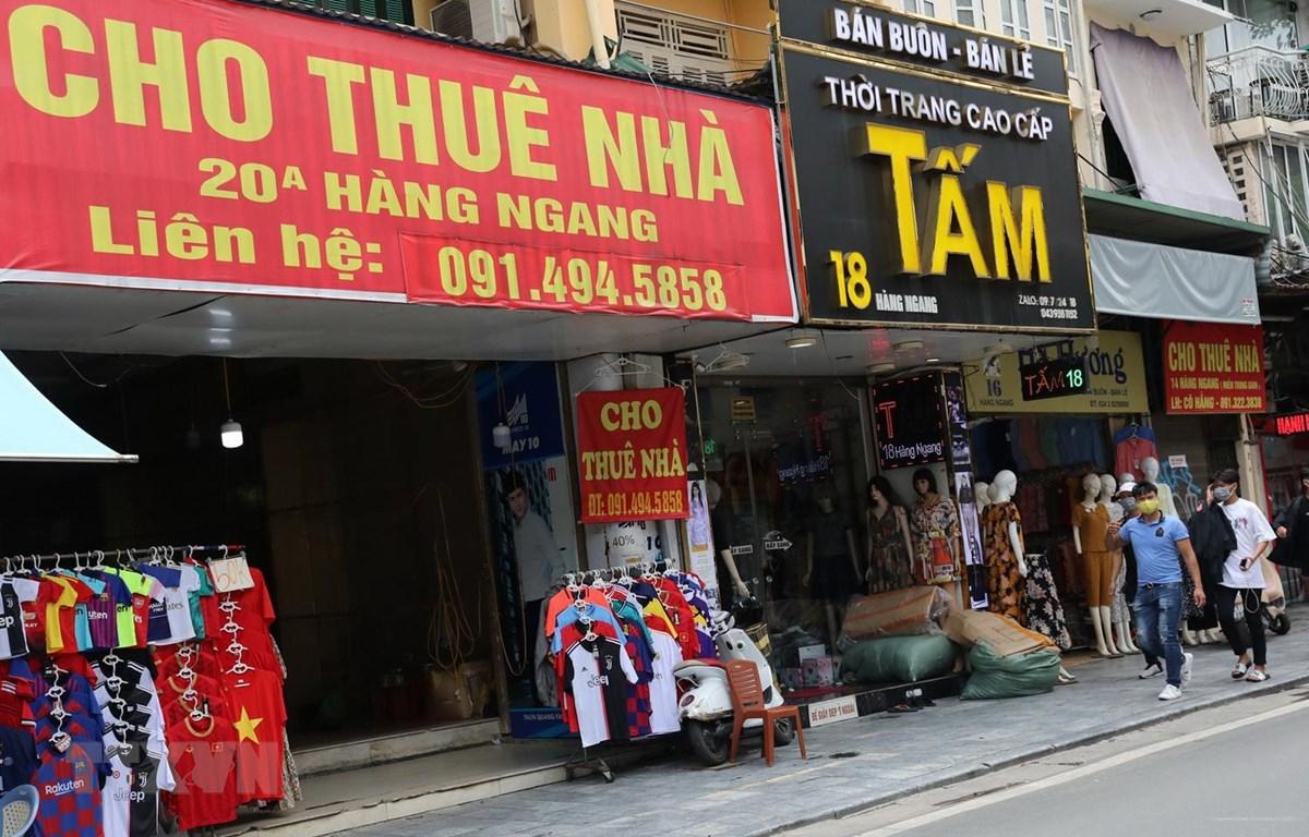 Nhiều cửa hàng trên phố Hàng Ngang treo biển cho thuê. (Ảnh: Ngọc Hà/TTXVN)
