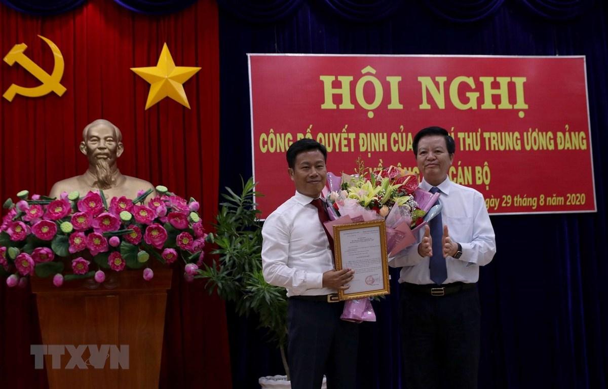 Ông Mai Văn Chính, Ủy viên Trung ương Đảng, Phó trưởng Ban Tổ chức Trung ương trao Quyết định của ban Bí thư cho ông Lê Quân. (Ảnh: Kim Há/TTXVN)