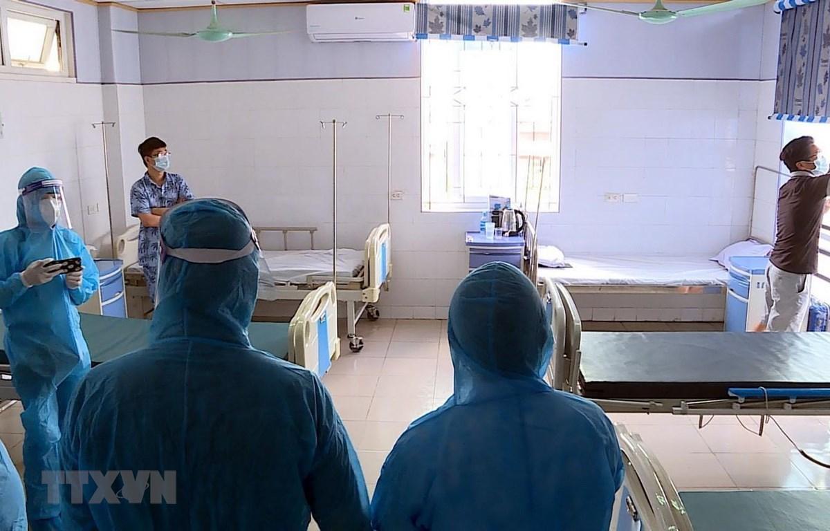 Đoàn công tác của Ban Chỉ đạo quốc gia phòng, chống dịch COVID-19 và lãnh đạo tỉnh Hải Dương kiểm tra thực tế công tác phòng, chống dịch tại khu điều trị của Bệnh viện Bệnh Nhiệt đới tỉnh Hải Dương. (Ảnh: Mạnh Tú/TTXVN)