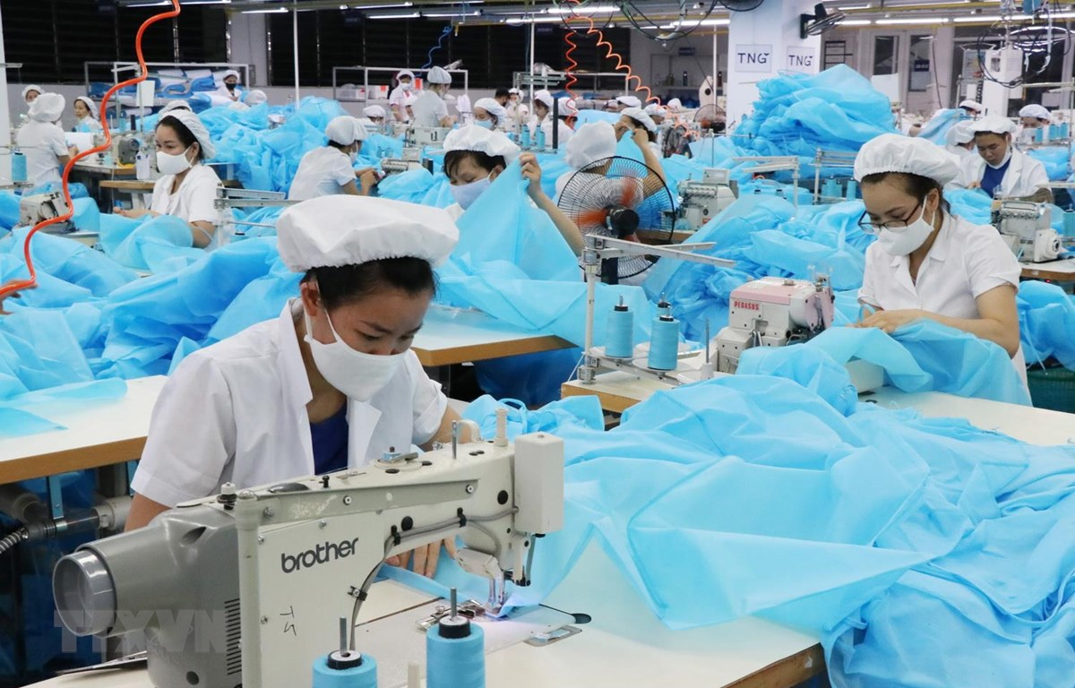 Công nhân Công ty cổ phần đầu tư và thương mại TNG sản xuất hàng dệt may xuất khẩu. (Ảnh: Hoàng Nguyên/TTXVN)