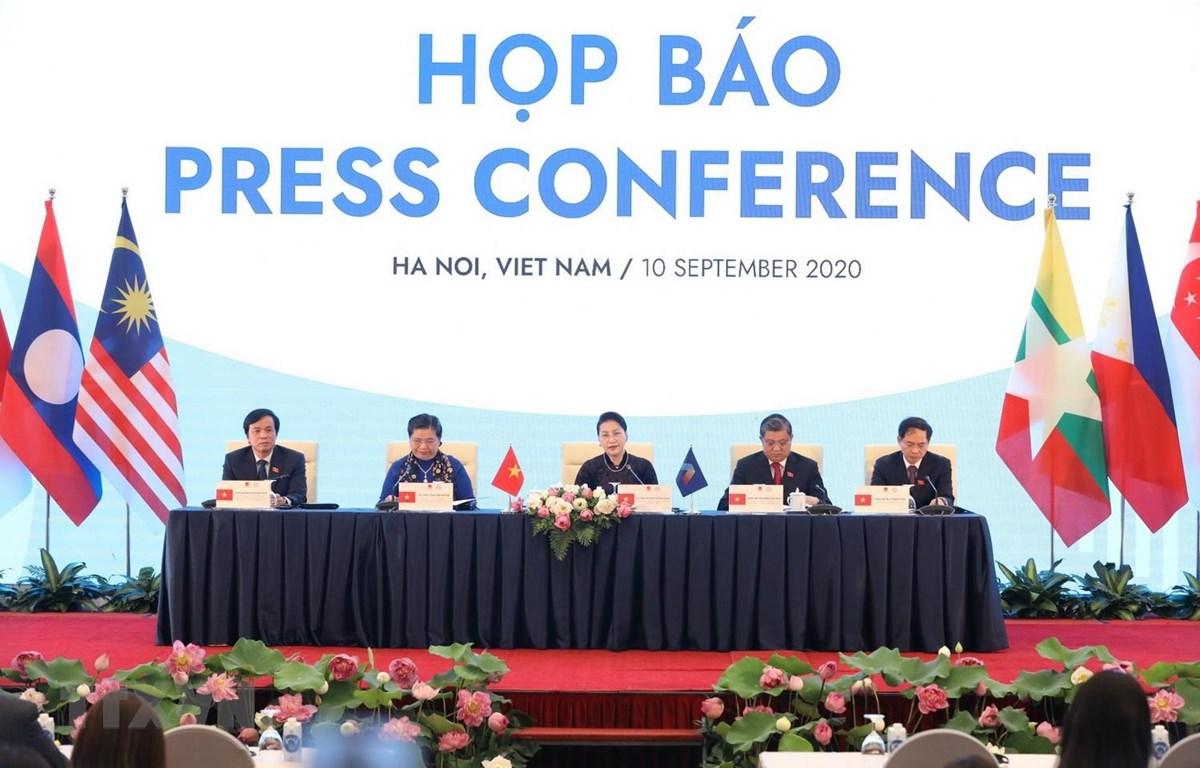 Chủ tịch Quốc hội Nguyễn Thị Kim Ngân, Chủ tịch AIPA 41 chủ trì buổi Họp báo. (Ảnh: Văn Điệp/TTXVN)