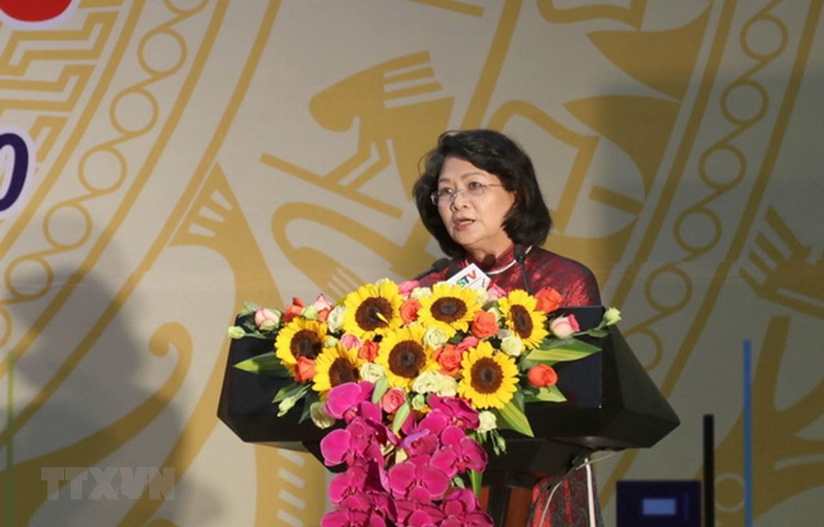 Phó Chủ tịch nước Đặng Thị Ngọc Thịnh tặng 500 triệu đồng cho Chương trình an sinh xã hội tỉnh Gia Lai. (Ảnh: Hồng Điệp/TTXVN)