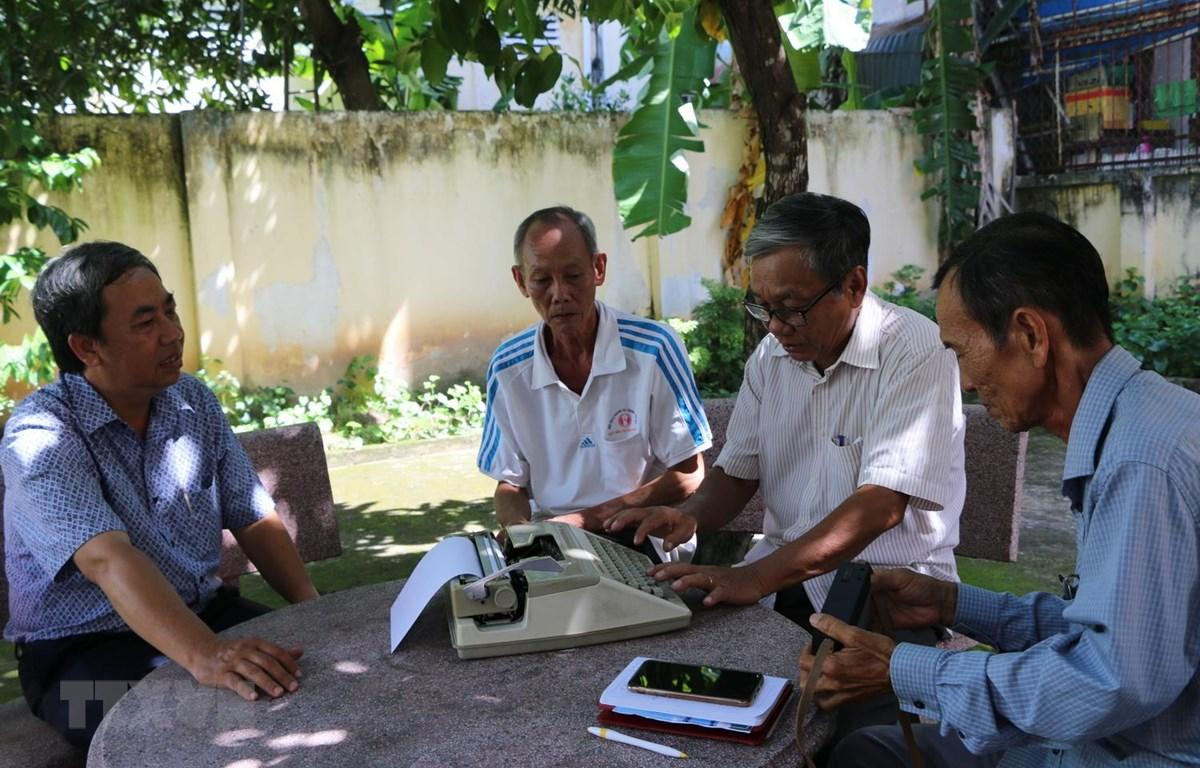 Các thế hệ phóng viên, điện báo viên Thông tấn xã Việt Nam thường trú tại tỉnh Đồng Tháp qua các thời kỳ. (Ảnh: Chương Đài/TTXVN)