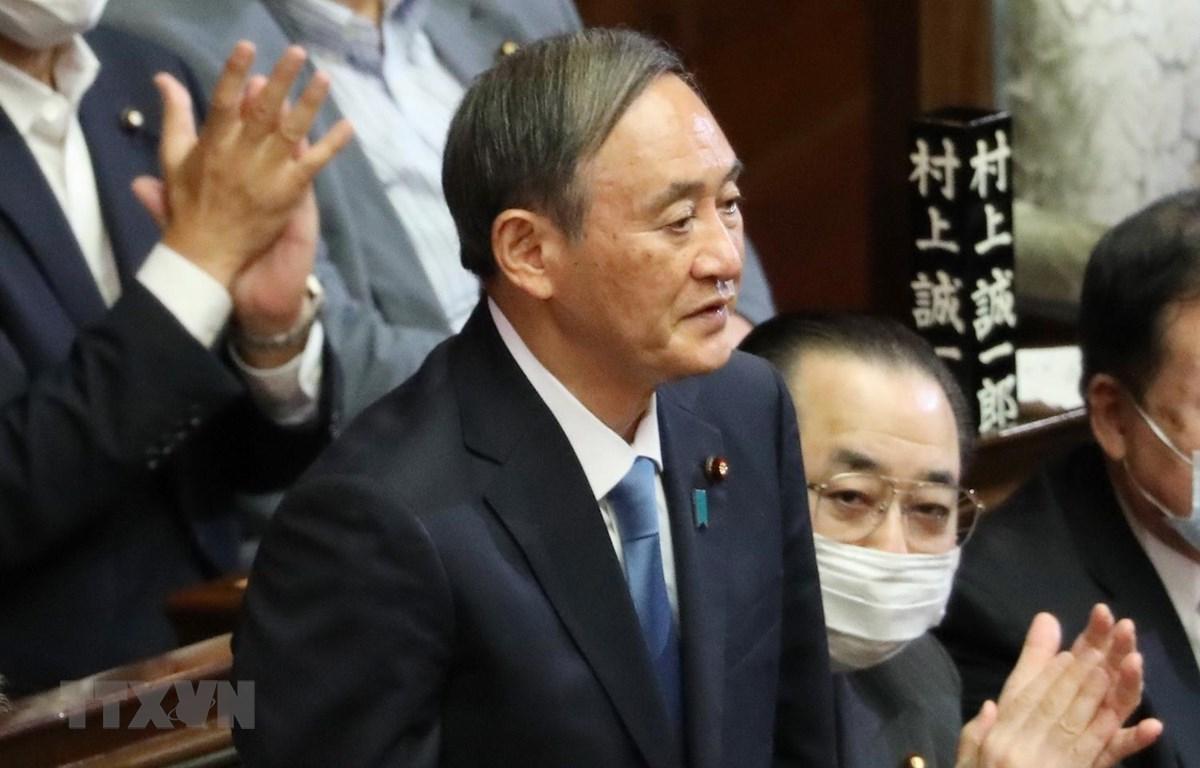 Ông Yoshihide Suga (giữa) sau khi được bầu làm Thủ tướng Nhật Bản tại phiên họp Quốc hội ở Tokyo ngày 16/9. (Ảnh: THX/TTXVN)