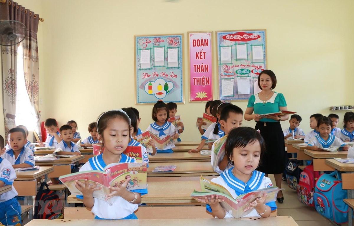 Chương trình mới tạo thuận lợi cho giáo viên và phụ huynh hỗ trợ học sinh tự học. (Ảnh: Bích Huệ/TTXVN)