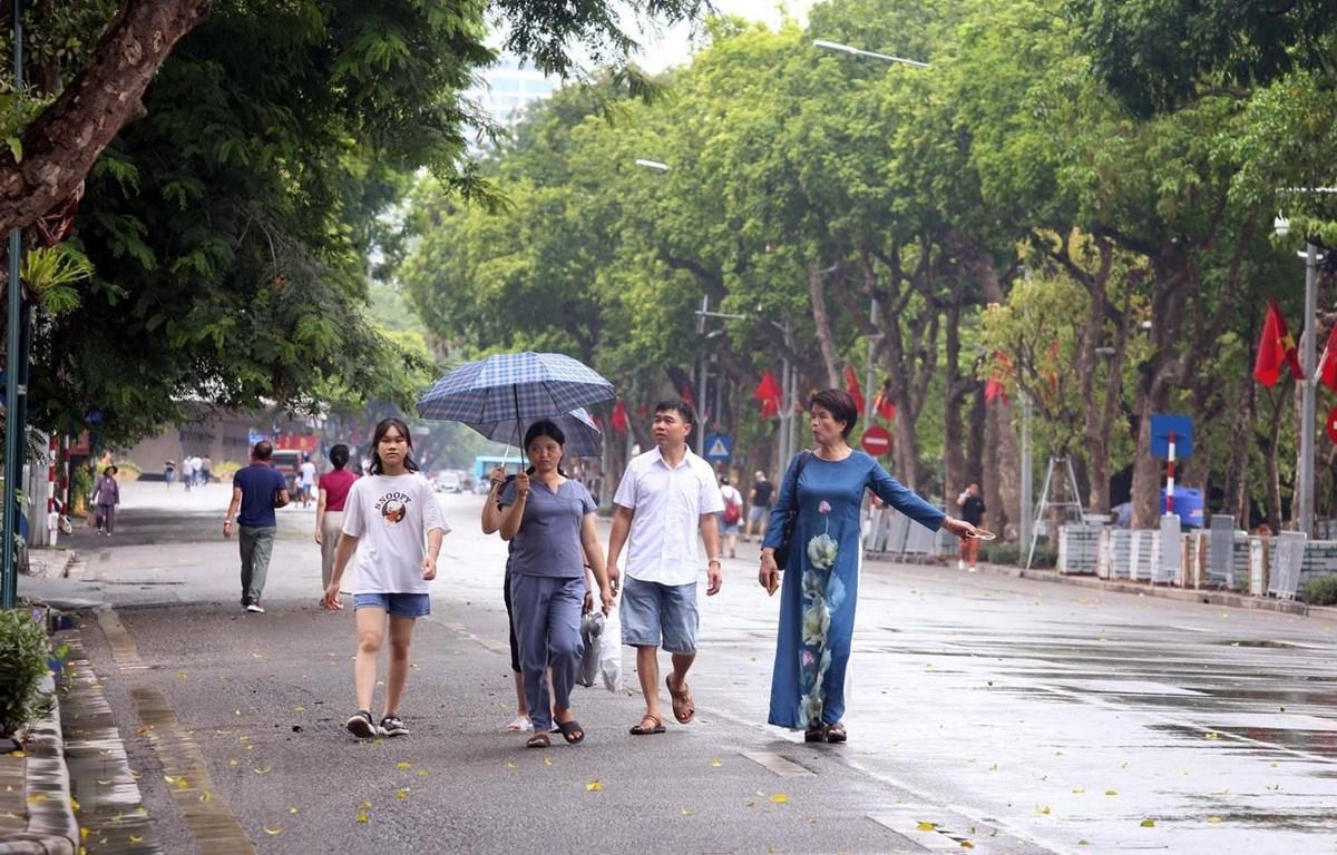 Nhiều người dân Thủ đô không đeo khẩu trang tại phố đi bộ hồ Hoàn Kiếm. (Ảnh: Anh Tuấn/TTXVN)