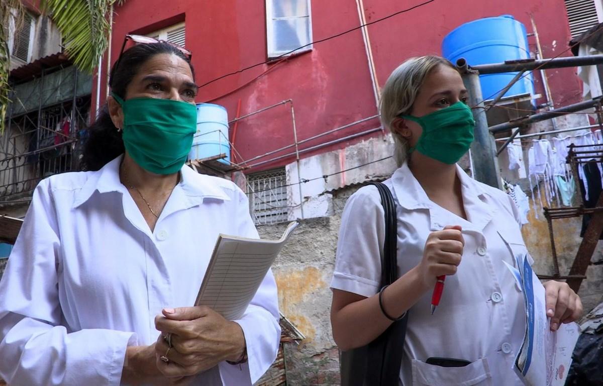 Nhân viên y tế tới từng hộ gia đình để điều tra dịch tễ nhằm phát hiện sớm các ca nhiễm COVID-19 tại La Habana, Cuba. (Ảnh: AFP/TTXVN)