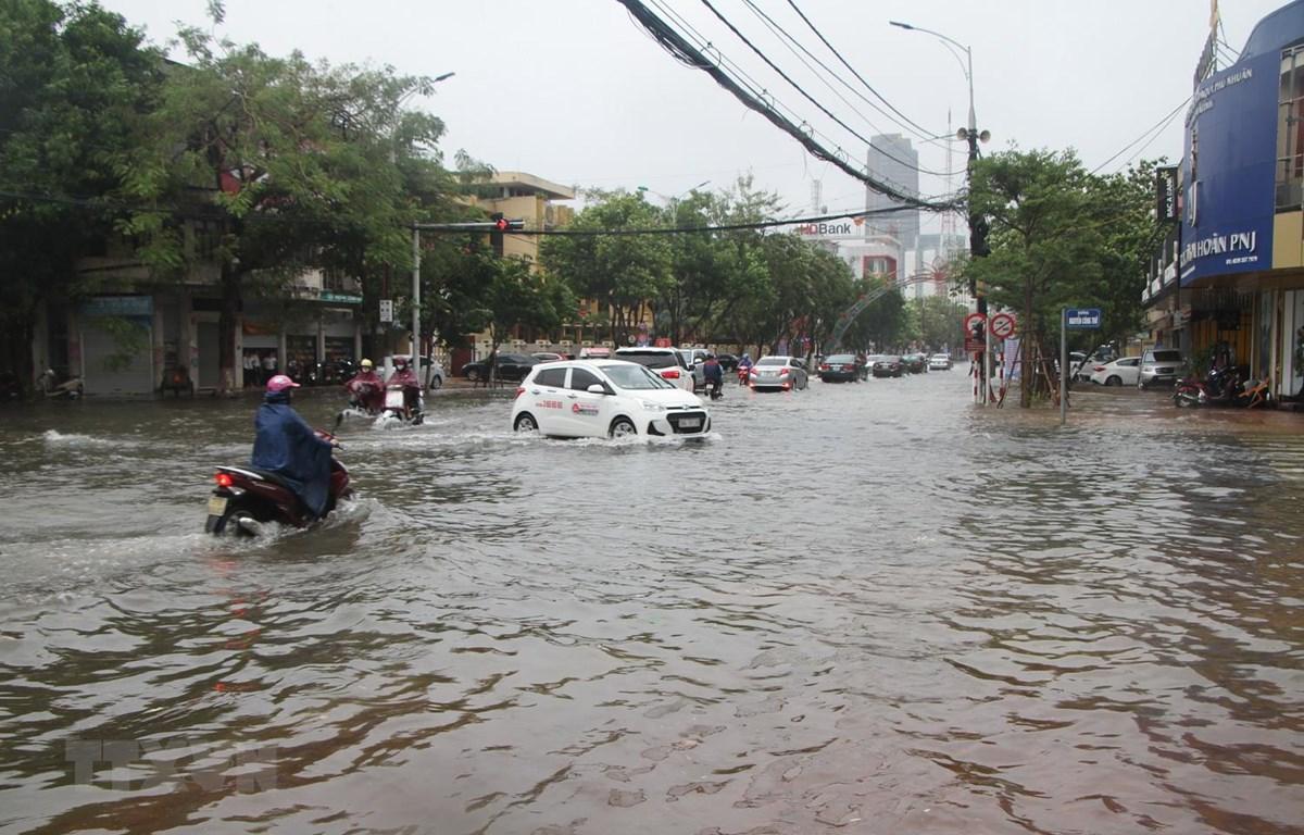 Ngã tư Phan Đình Phùng-Nguyễn Công Trứ chìm trong biển nước. (Ảnh: Hoàng Ngà/TTXVN)