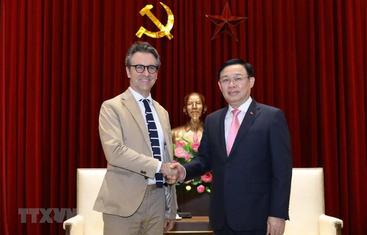 Ủy viên Bộ Chính trị, Bí thư Thành ủy Hà Nội Vương Đình Huệ tiếp Ngài Pier Giorgio Aliberti, Đại sứ, Trưởng Phái đoàn Liên minh châu Âu (EU) tại Việt Nam. (Ảnh: Văn Điệp/TTXVN)
