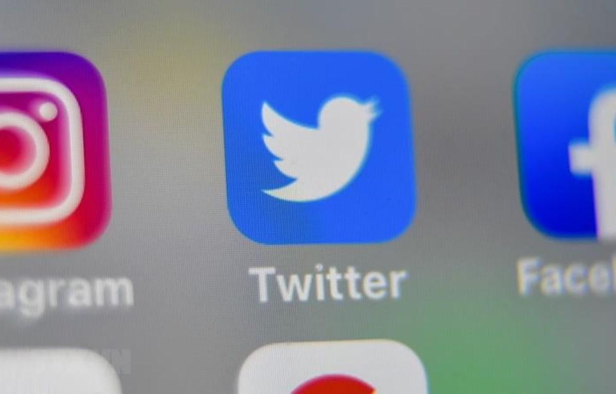 Biểu tượng của các nền tảng mạng xã hội trên màn hình điện thoại thông minh. (Ảnh: AFP/TTXVN)