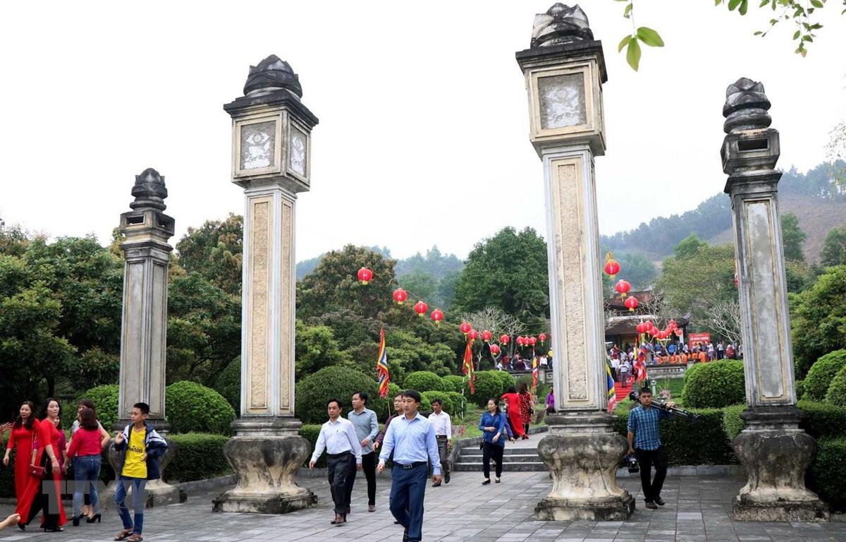 Du khách đến thăm quan khu di tích Hải Thượng Lãn Ông thuộc xã Sơn Trung, huyện Hương Sơn. (Ảnh: Công Tường/TTXVN)