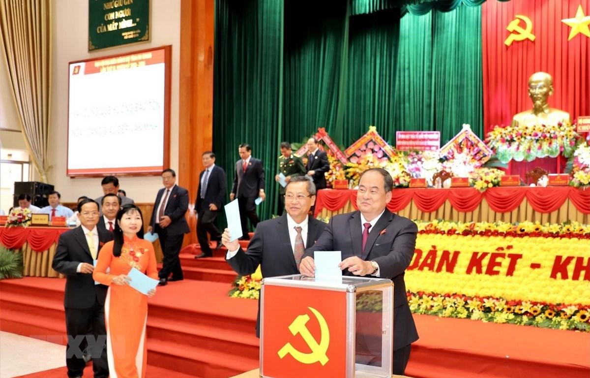 Đại biểu tiến hành bỏ phiếu bầu Bí thư Tỉnh uỷ An Giang nhiệm kỳ 2020-2025. (Ảnh: Thanh Sang/TTXVN)