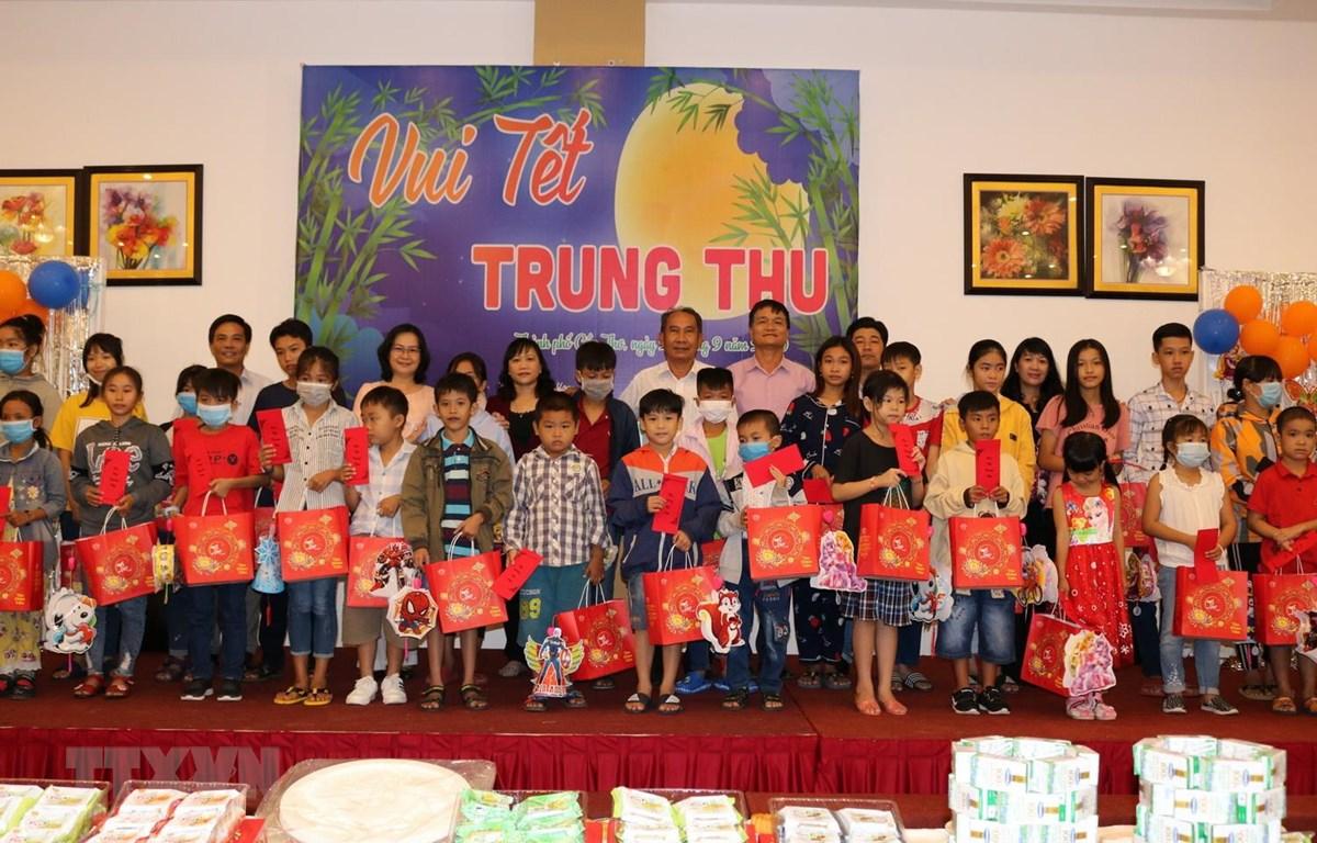Những phần quà được trao đến tay những trẻ em có hoàn cảnh khó khăn trên địa bàn thành phố Cần Thơ. (Ảnh: Ánh Tuyết/TTXVN)