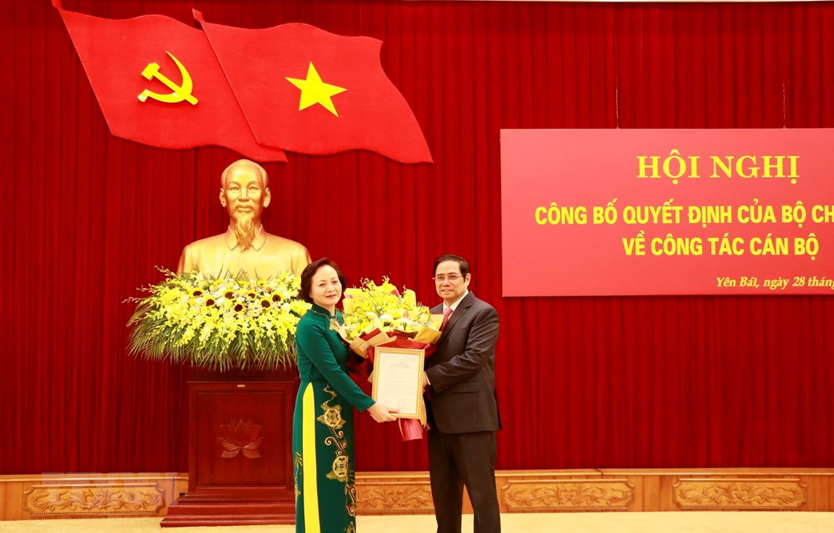 Ông Phạm Minh Chính trao Quyết định điều động, phân công bà Phạm Thị Thanh Trà giữ chức Phó Trưởng Ban Tổ chức Trung ương. (Ảnh: Việt Dũng/TTXVN)