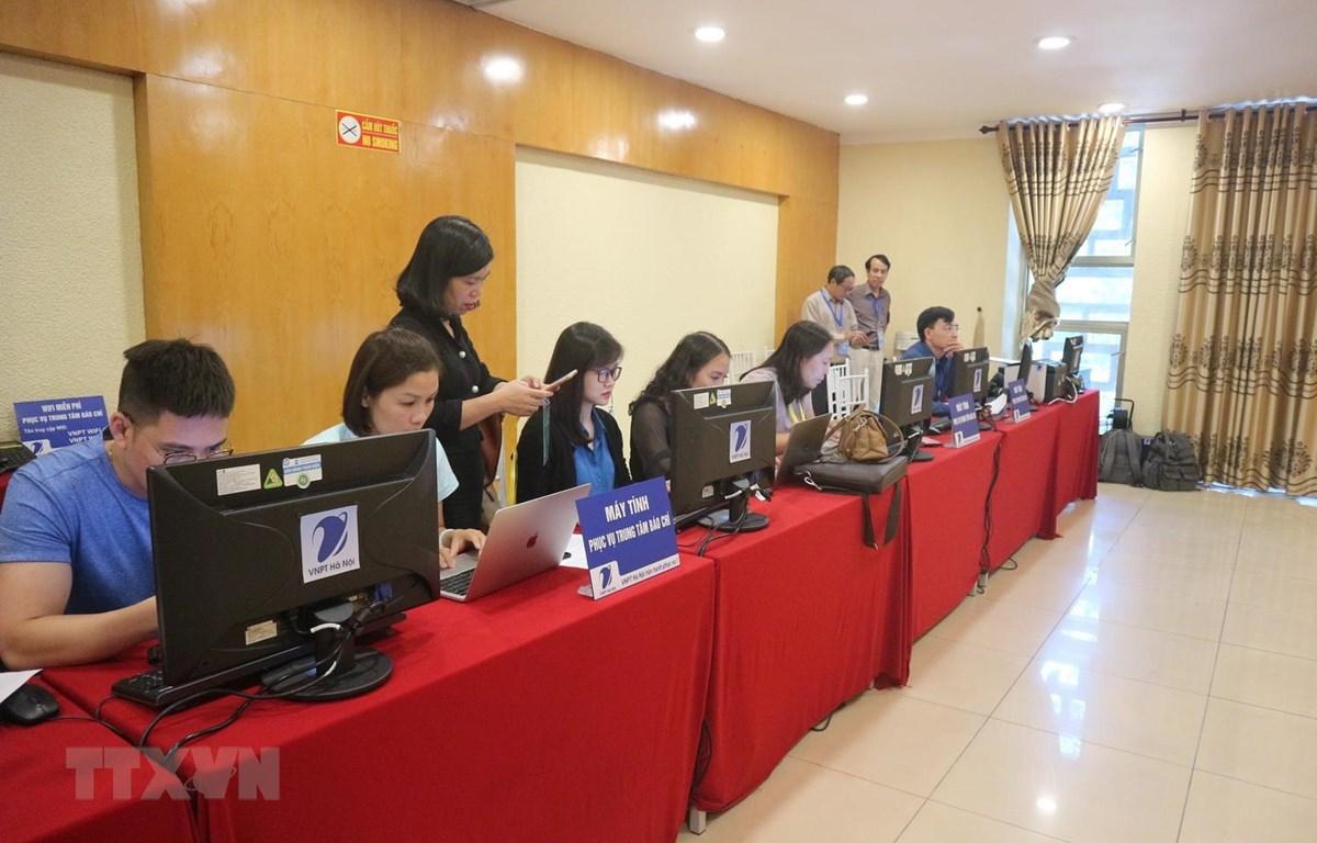 Khu vực tác nghiệp của phóng viên tại Trung tâm Báo chí phục vụ Đại hội đại biểu Đảng bộ thành phố lần thứ XVII. (Ảnh Mạnh Khánh/TTXVN)