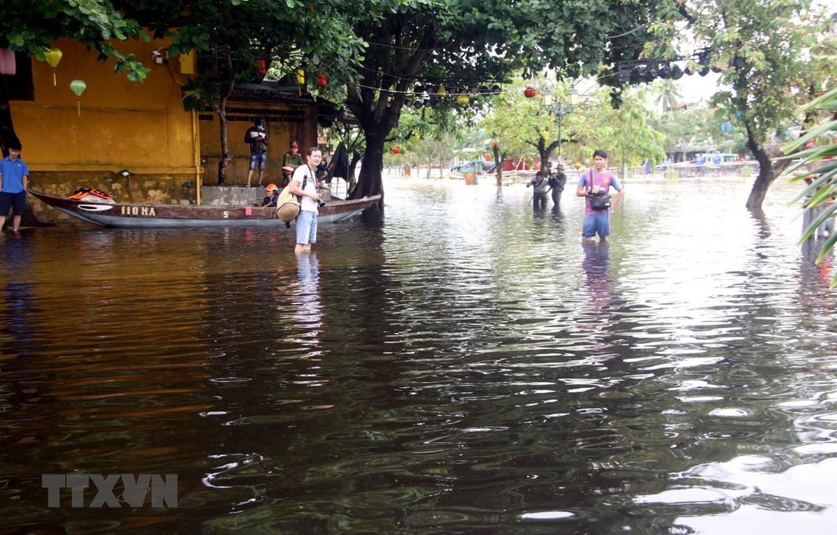 Một số đoạn đường trên các tuyến phố trong khu phố cổ Hội An bị ngập nước. (Ảnh: Trịnh Bang Nhiệm/TTXVN)