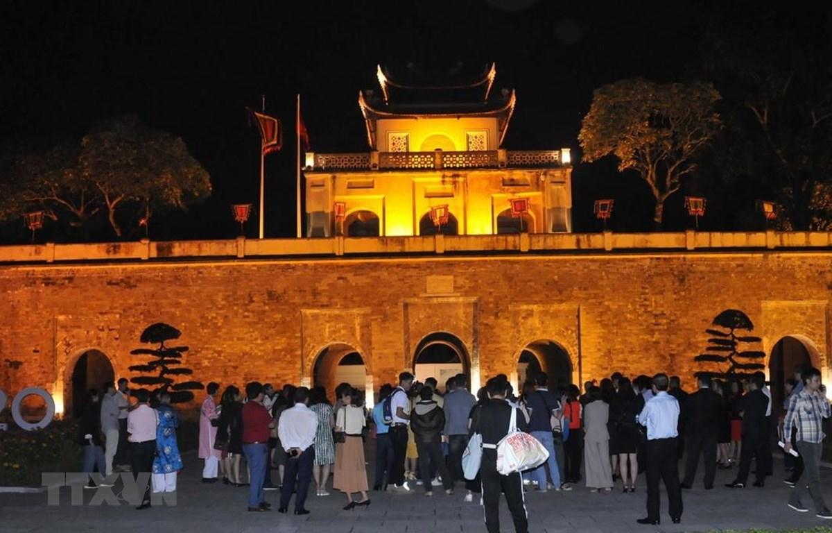 Du khách tham quan, trải nghiệm Đoan Môn tại di sản Hoàng thành Thăng Long về đêm. (Ảnh: TTXVN phát)