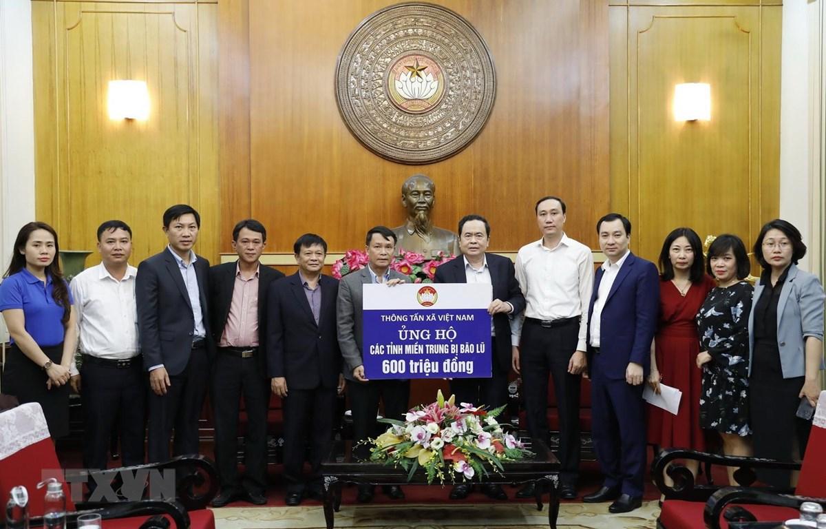 Chủ tịch Ủy ban Trung ương MTTQ Việt Nam Trần Thanh Mẫn tiếp nhận ủng hộ từ tập thể cán bộ, công chức, viên chức, người lao động Thông tấn xã Việt Nam. (Ảnh: Dương Giang/TTXVN)