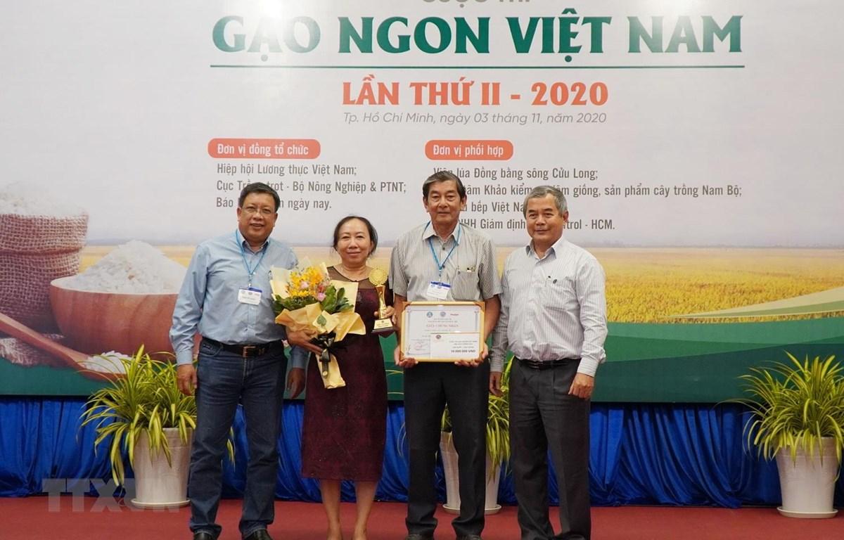 Trao giải Nhất hạng mục gạo thơm cho sản phẩm gạo ST25. (Ảnh: Xuân Anh/TTXVN)