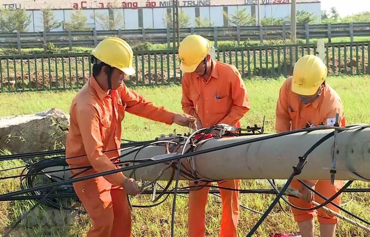 Công nhân Công ty Điện lực Quảng Nam tập trung khắc phục lưới điện sau bão. (Ảnh: Trần Tĩnh/TTXVN)