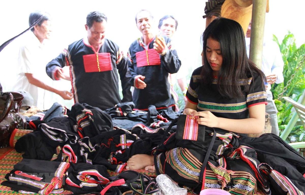 Hiện nay, xã viên Hợp tác xã  Dệt thổ cẩm Tơng Bông, tỉnh Đắk Nông, đều biết dệt may thành thạo các sản phẩm như y phục nam nữ, túi xách, cà vạt, khăn trải bàn, gối tựa lưng, áo dài, quần áo trẻ em. (Ảnh: TTXVN phát)