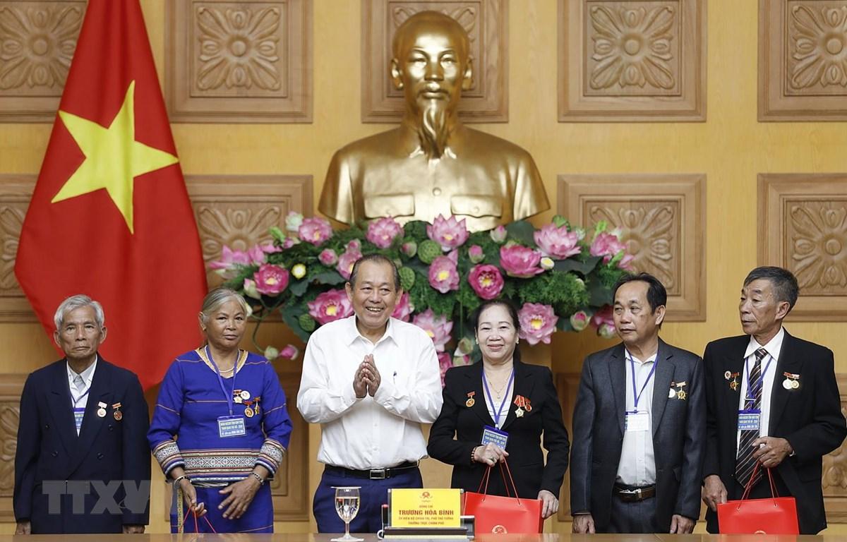 Phó Thủ tướng Trương Hòa Bình tặng quà cho các đại biểu người có công tỉnh Kon Tum. (Ảnh: Dương Giang/TTXVN)