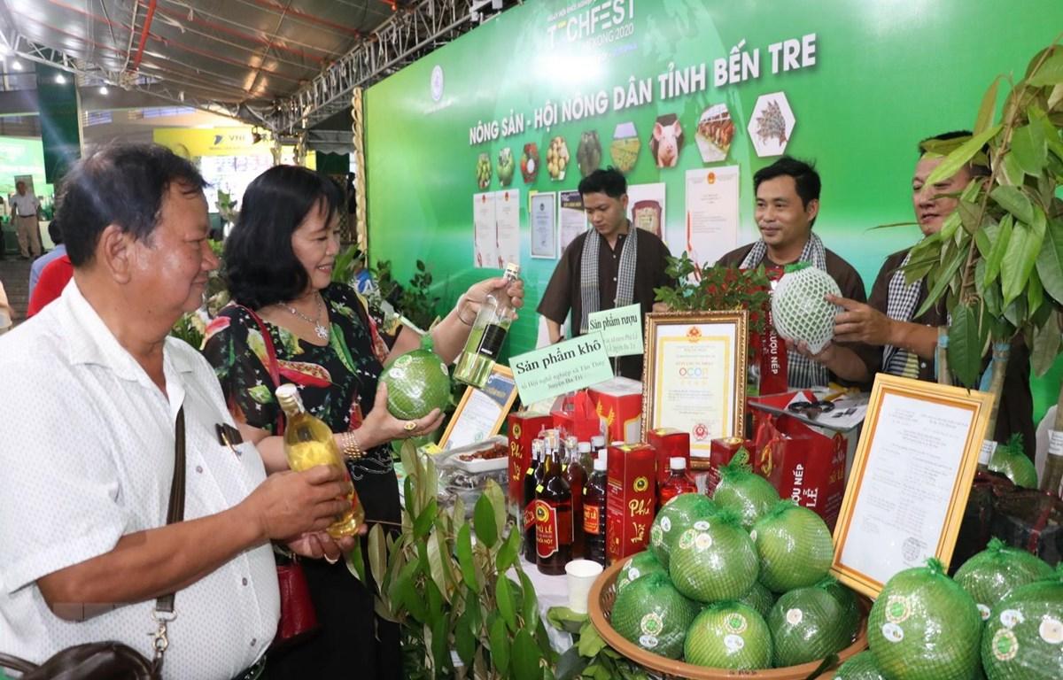 Đại biểu tham quan các gian hàng khởi nghiệp tỉnh Bến Tre. (Ảnh: Huỳnh Phúc Hậu/TTXVN)