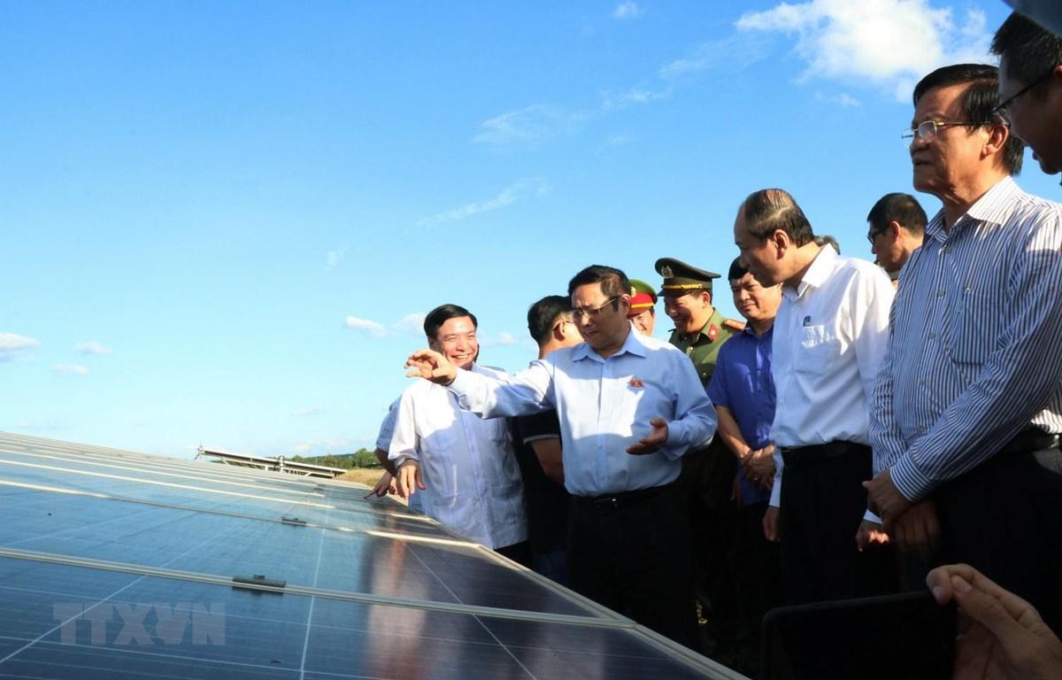 Trưởng Ban Tổ chức Trung ương Phạm Minh Chính thăm và làm việc tại Nhà máy điện năng lượng mặt trời cụm Sêrêpôk 1 và Quang Minh, xã Ea Wer, huyện Buôn Đôn, Đắk Lắk. (Ảnh: Tuấn Anh/TTXVN)