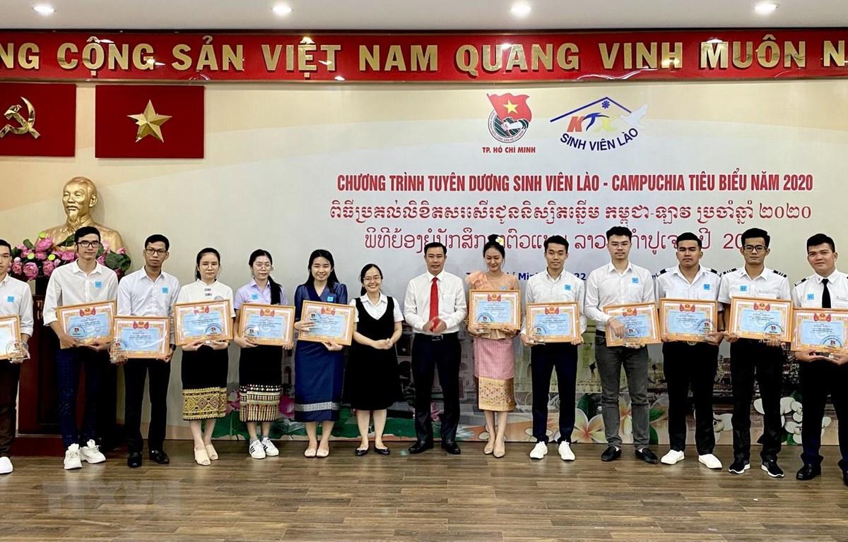 Lễ khen thưởng của Thành Đoàn Thành phố Hồ Chí Minh cho các sinh viên Lào, Campuchia tiêu biểu. (Ảnh: Hồng Giang/TTXVN)