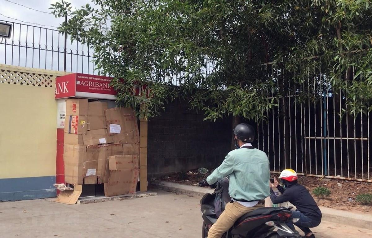 Hiện trường vụ đập phá cây ATM để trộm tiền. (Ảnh: TTXVN phát)