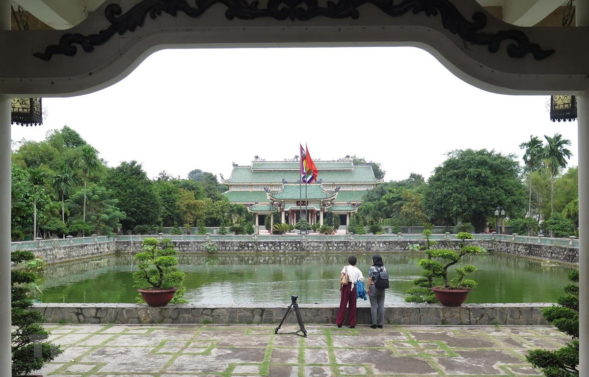 Giếng Thiên Quang nhìn từ Khuê Văn Các, phía sau giếng là cổng Đại Thành, nhà Đức Khổng Tử và sau cùng là Điện thờ chính (Bái đường). (Ảnh: Minh Hưng/TTXVN)