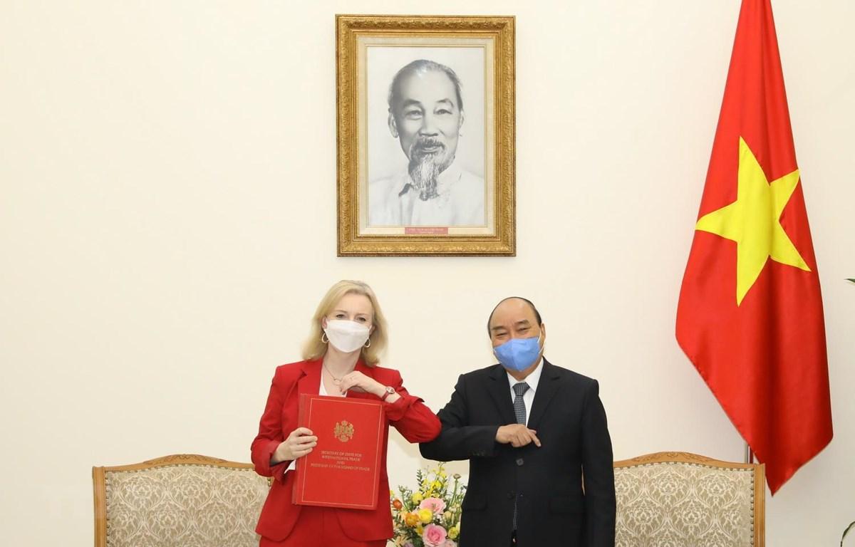 Thủ tướng Nguyễn Xuân Phúc tiếp Bộ trưởng Thương mại Quốc tế Vương quốc Anh Elizabeth Truss. (Ảnh: Văn Điệp/TTXVN)