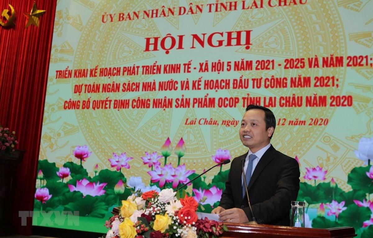 Chủ tịch UBND tỉnh Lai Châu Trần Tiến Dũng phát biểu kết luận chỉ đạo các ngành cần quyết tâm nỗ lực hoàn thành nhiệm vụ được giao. (Ảnh: Quý Trung/TTXVN)