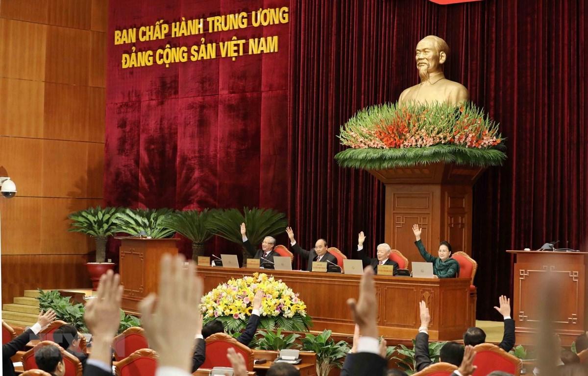 Đại biểu biểu quyết thông qua dự thảo Nghị quyết Hội nghị Trung ương lần thứ 14 khóa XII. (Ảnh: Phương Hoa/TTXVN)