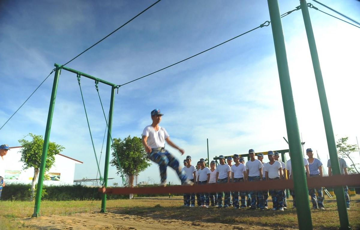 """Trung úy Nguyễn Cảnh Ngọc thực hiện môn """"Đi cầu sóng"""" trên thao trường của Lữ đoàn 167. (Ảnh: Minh Đức/Vietnam+)"""