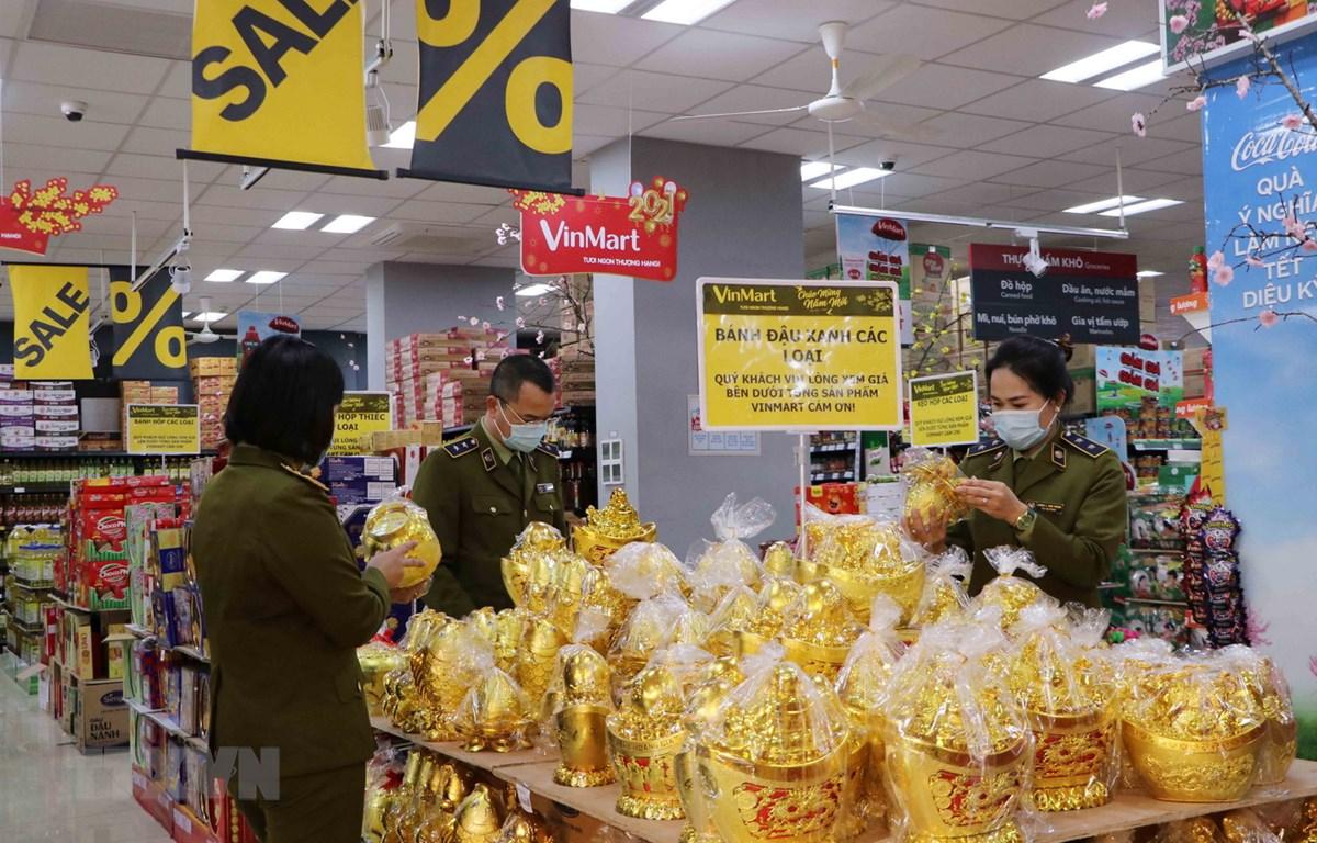 Quản lý thị trường tỉnh Lai Châu kiểm tra hàng hóa tại các siêu thị trên địa bàn. (Ảnh: Nguyễn Oanh/TTXVN)